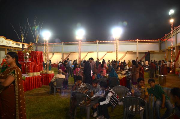 A festa acontece ao ar livre, e não tem mesa e cadeira pra cada convidado.