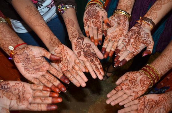 Todas meninas muito arrumadas! O mehndi (henna) na mãos faz parte dos adornos, assim como brincos e pulseiras!