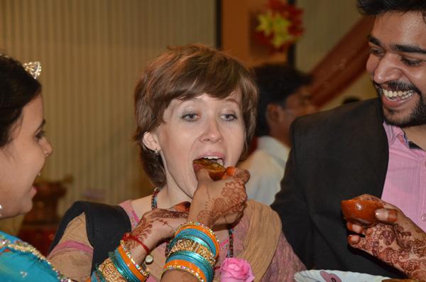 Ahh esse costume indiano quase nos matou de tanto comer: um dá comida na boca do outro!