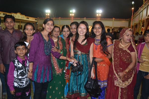 Conhecemos a família toda do noivo! ahaha!! Como os indianos gostam de estrangeiros... rs! E eles querem seu celular.. e depois mandam mensagem.. muito engraçado (e um pouco assustador!)
